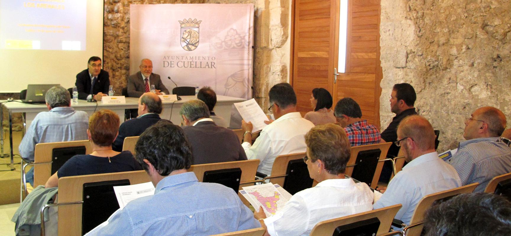 Valín  explicó a los regantes la situación del acuífero de Los Arenales.