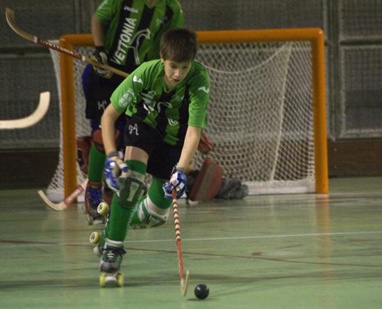 Juan controlando una bola en el Campeonato de España que disputo con el Club Deportivo Vettonia Hockey