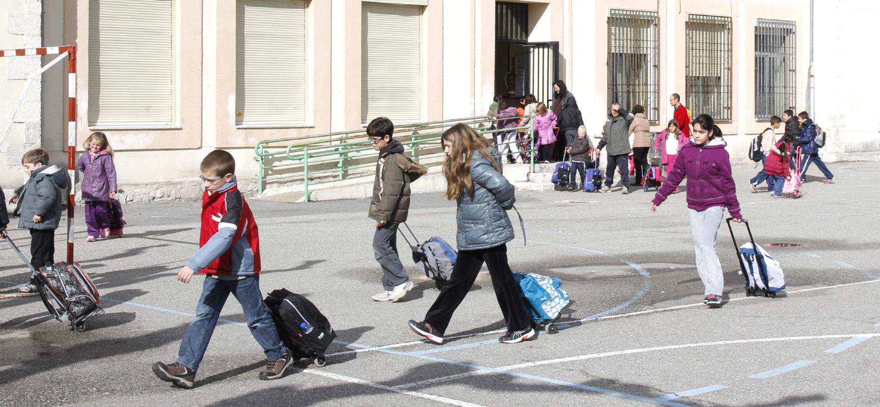 Alumnos del CEIP La Villa a la salida de clase.