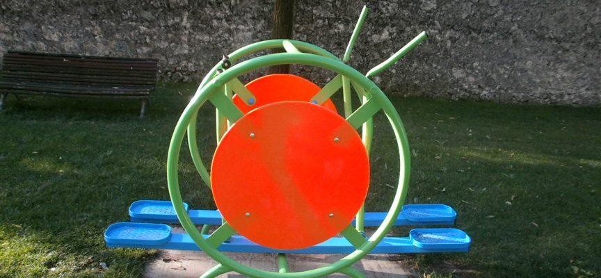 Elemento del Parque biosaludable roto por los vándalos.