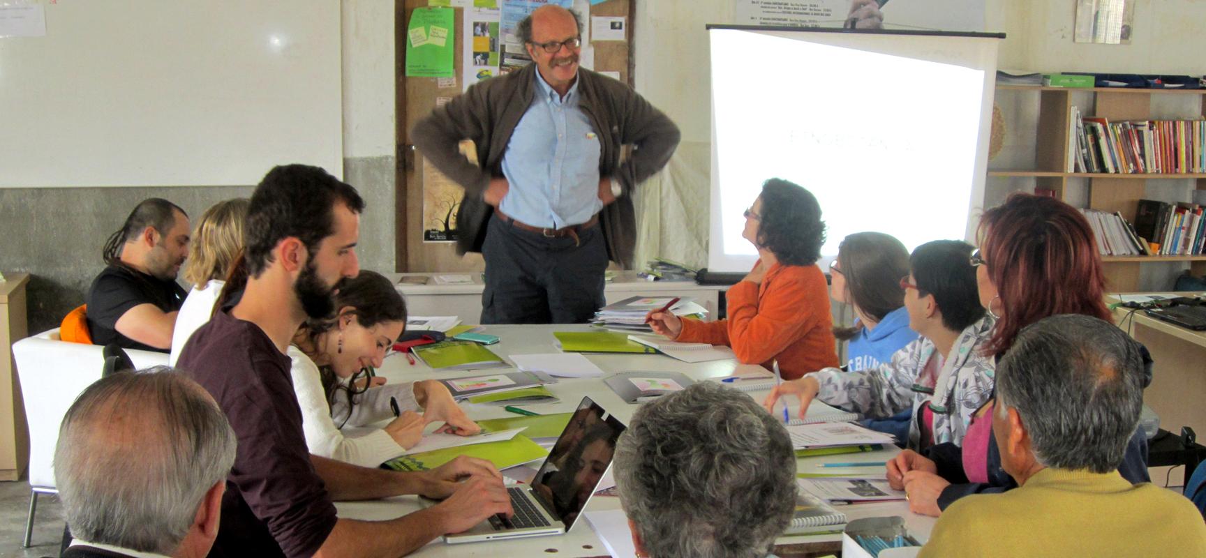 Alumnos y profesor durante el inicio de la actividad formativa esta mañana.