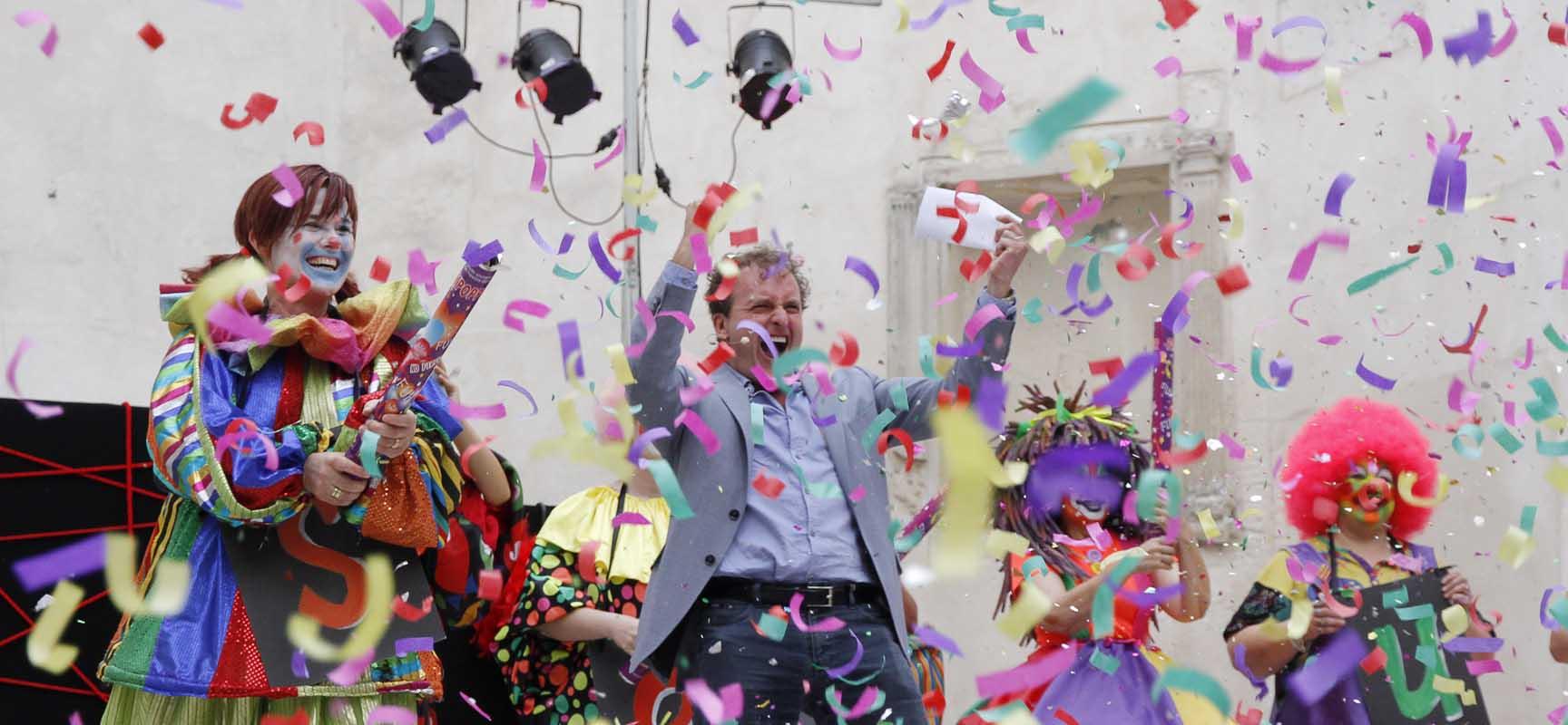 El pregón de Fernando Cayo finalizó con una explosión de confeti