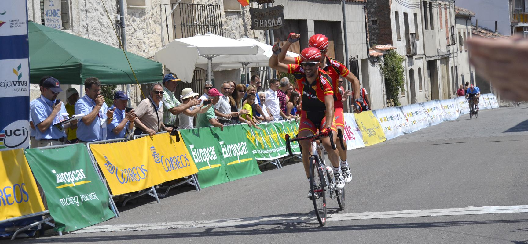 Ignacio Ávila y Joan Font atravesando la meta.