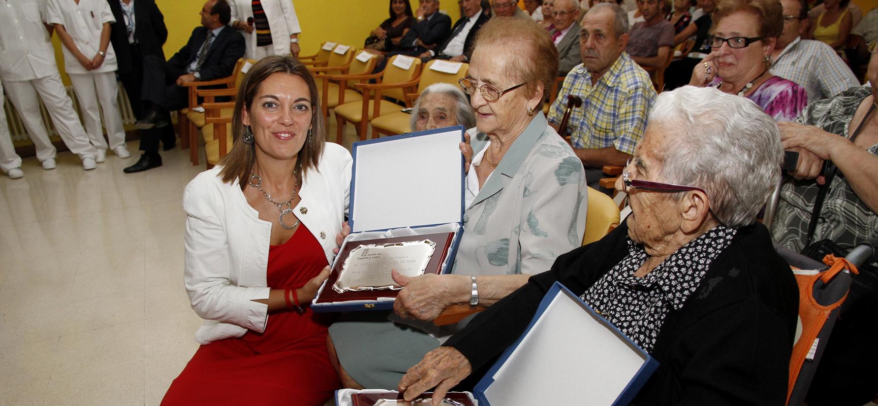 Milagros Marcos, en una imagen de archivo, junto a dos usuarias del Centro de Día en el Día del Mayor.