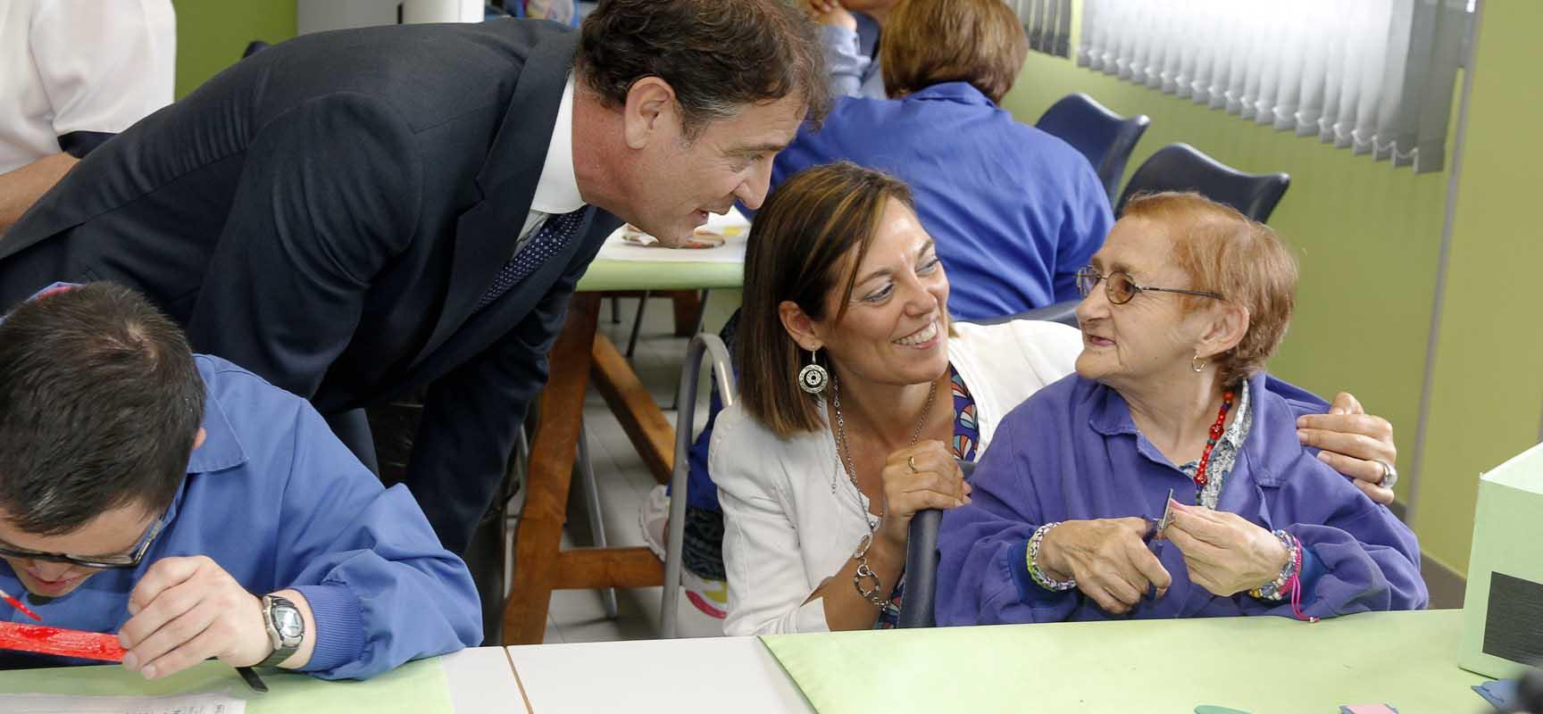 Milagros Marcos junto al Presidente de Apadefim Cuéllar, José Ignacio Matesanz, y una de las usuarias del taller de artesanía.