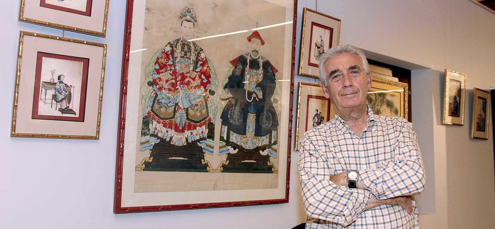 Noé Quintanilla junto  una de las obras que pueden verse en la exposición en Las Tenerías.