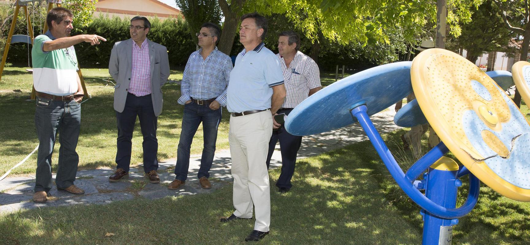 El Presidente de la Diputación y los diputados junto al alcalde de Fresneda en la visita al parque donde se ubica el circuito biosaludable.