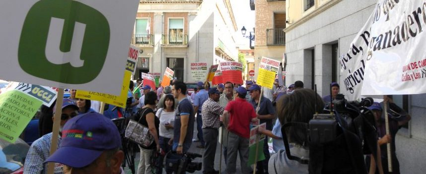 Doscientos agricultores y ganaderos protestan ante la Delegación de la Junta a pesar del anuncio de Agricultura de pago de parte de las ayudas