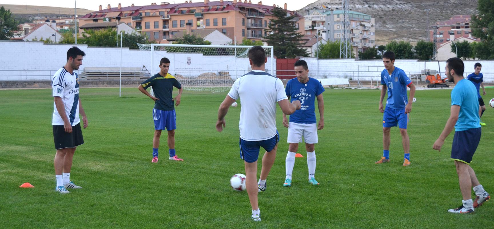 Jugadores del CD Cuéllar ayer durante su primer entrenamiento.