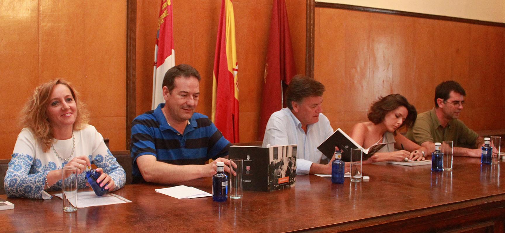 Raquel Alonso, Jesús Ballesteros, Francisco Vázquez, Sara Dueñas y Luis Besa durante la presentación.  Fermín