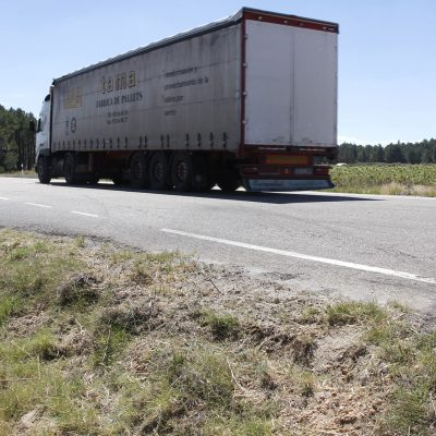 Un herido leve y otro grave en la colisión de un tractor y un turismo en la SG-205 en el término de Frumales