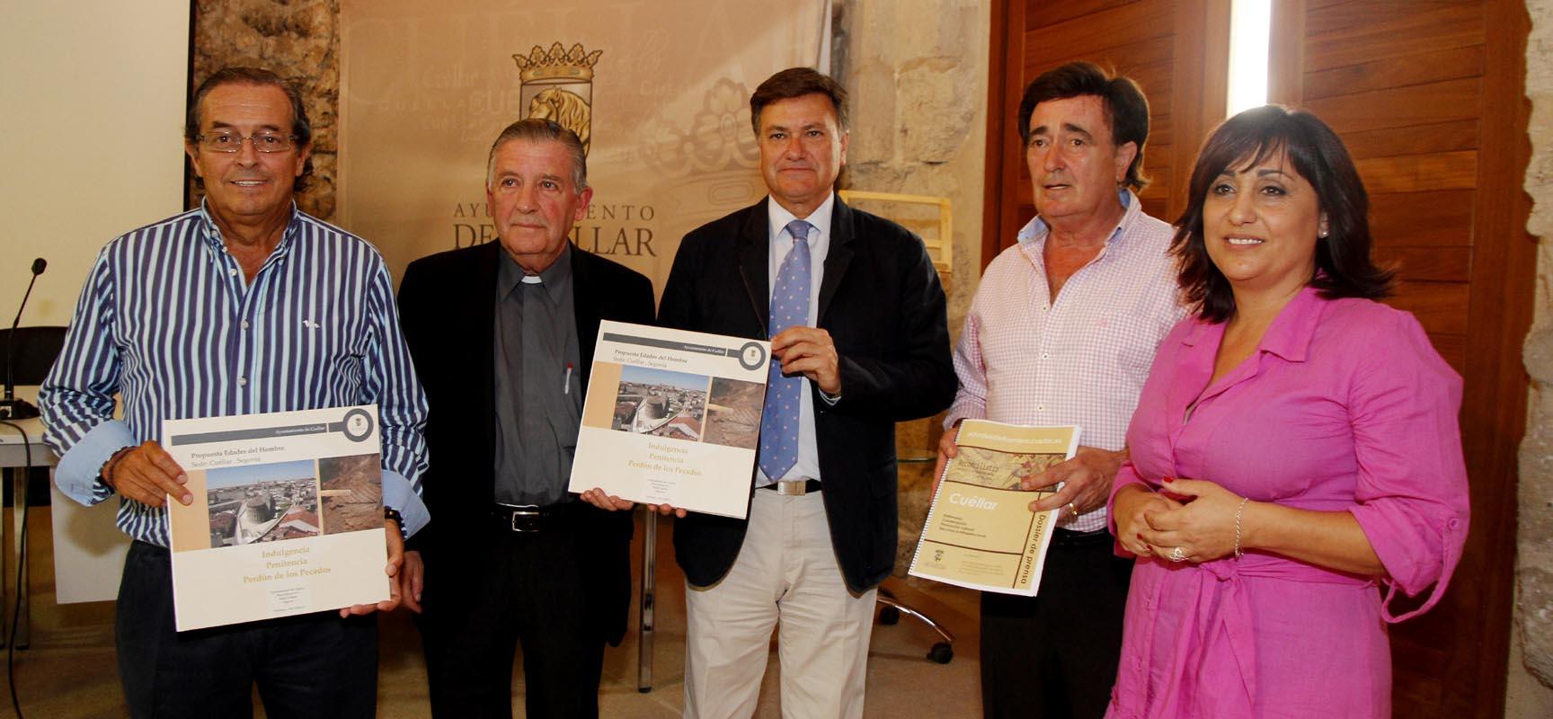 Representantes de la Diputación, Obispado y Ayuntamiento tras la presentación junto al proyecto cuellarano.