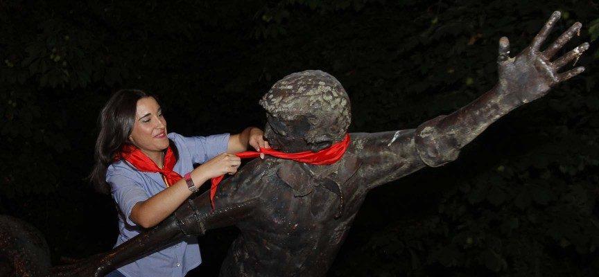 La Corregidora coloca el pañuelo en el monumento a los Encierros