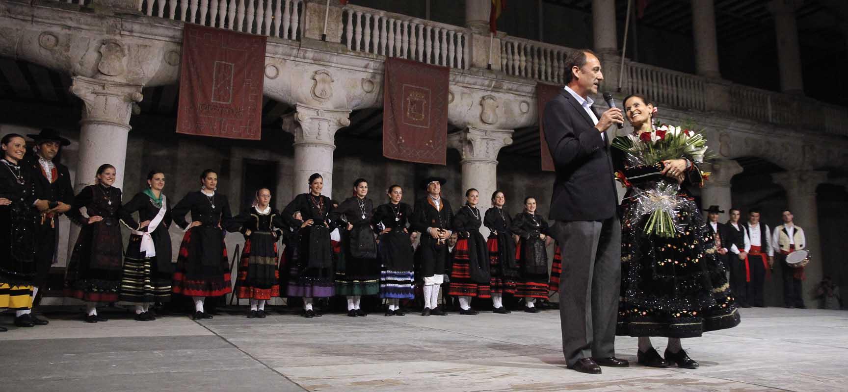 Salamanca junto a Conchi Bayón a la que se homenajeó por su trayectoria en el grupo de danzas.