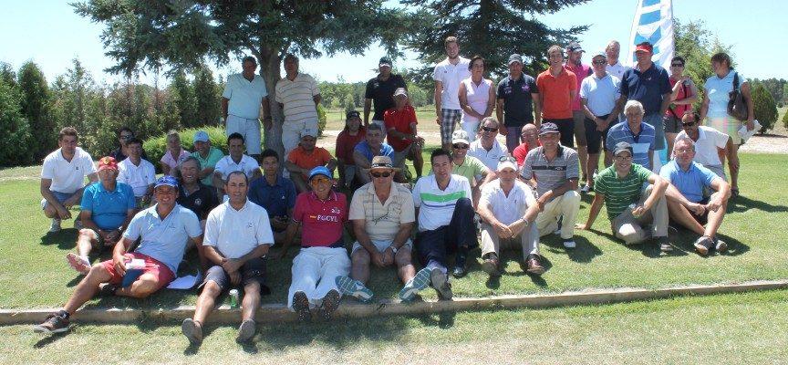 Los jugadores que disputaron la última jornada posan relajadamente junto a las instalaciones del Club de Golf. |Fotos: Pablo Quevedo|