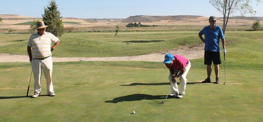Un momento de una de las partidas del IV Open de Golf Villa de Cuéllar