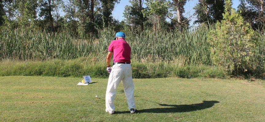 Uno de los jugadores se dispone a dar la bola con el driver en la salida de un hoyo.