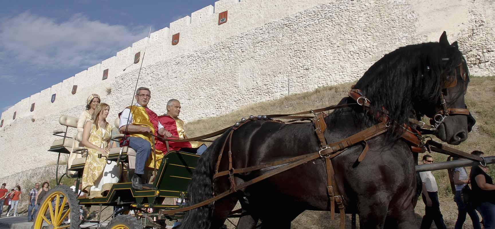 El cortejo salió desde el Castillo para terminar en La Huerta del Duque, donde se inauguró la Feria Mudéjar