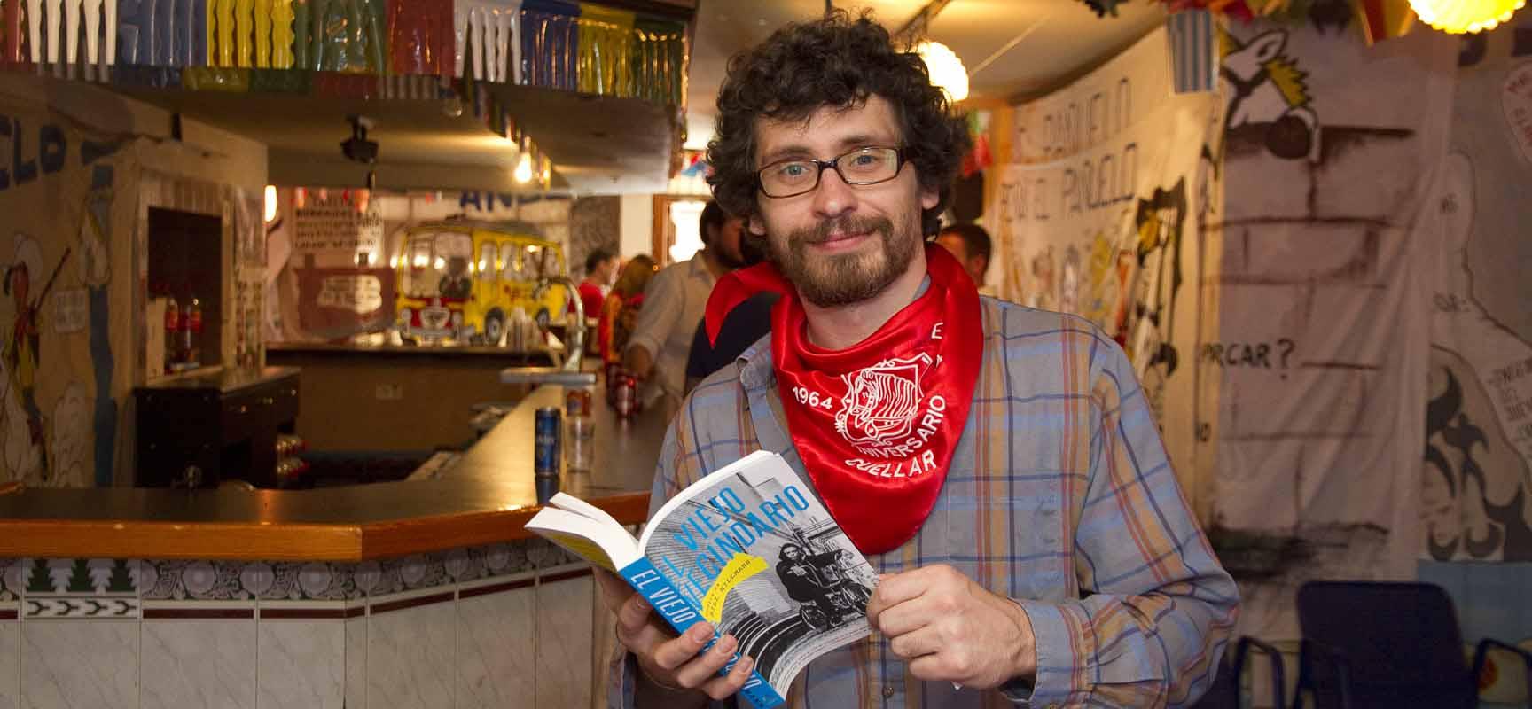 Bill Hillmann posa con su libro en la sede de la peña El Pañuelo.