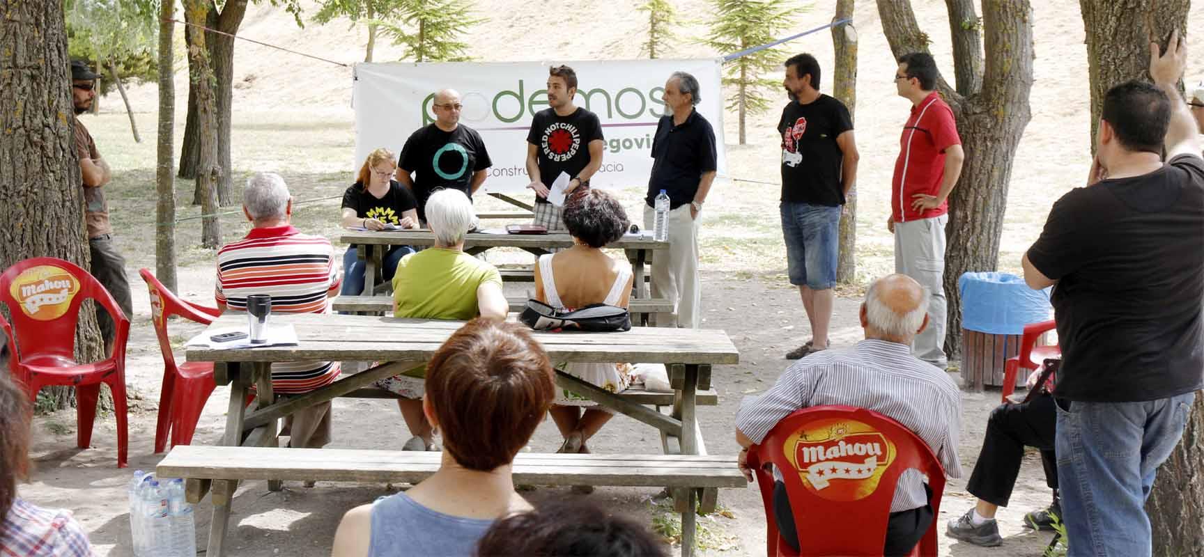 Miembros del Círculo de Segovia explican el funcionamiento de los Círculos Podemos |Foto: Gabriel Gómez