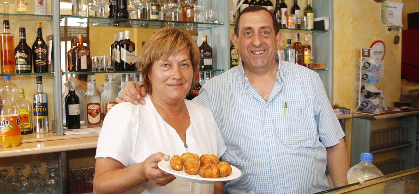 Aurora y Félix, del Restaurante Sinodal, mostrando una de las tapas del Concurso.