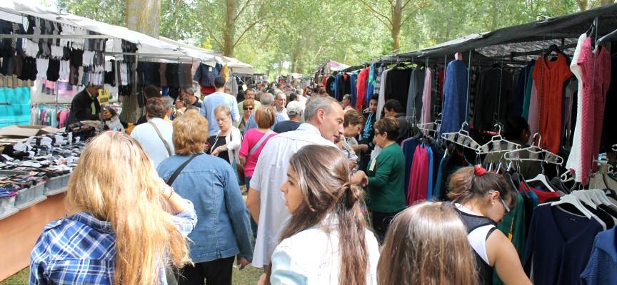 Mucho público se concentra cada año en la zona de la Chopera donde se ubican los puestosd e venta ambulante.