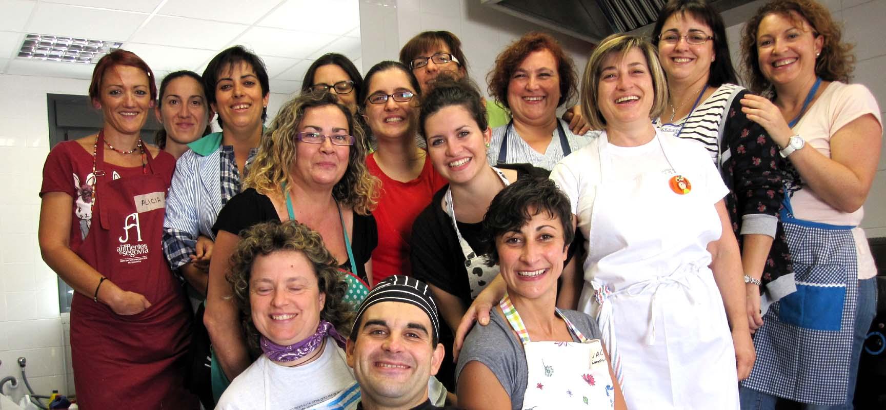 Participantes y profesor de un curso de cocina impartido por Ismur.