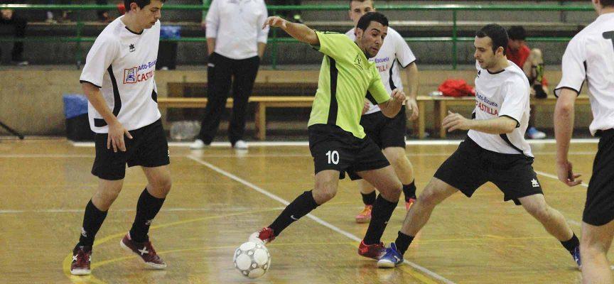 Jugadores del FS Cuéllar Cojalba y del Racing Cuéllar disputan un balón.