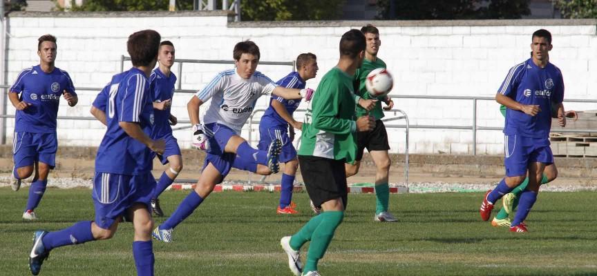 Un momento del partido entre el CD Cuéllar y el Villamuriel.