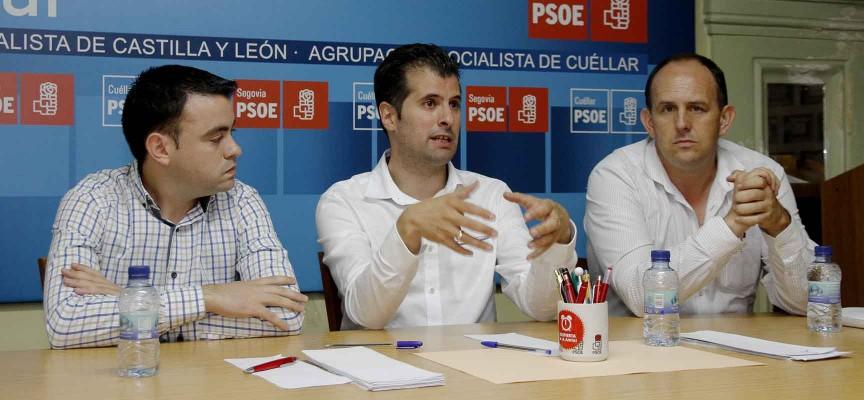 Luis Tudanca (centro) en la sede del PSOE de Cuéllar junto a José Luis Aceves (derecha) y Carlos Fraile.