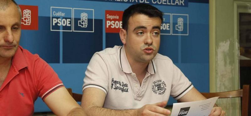 Carlos Fraile, coordinador de la ejecutiva local del PSOE de Cuéllar, durante una rueda de prensa en la sede del partido.