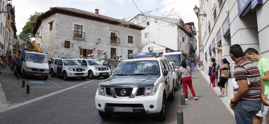 Vehículos de la Guardia Civil ante el juzgado de Cuéllar esta mañana.