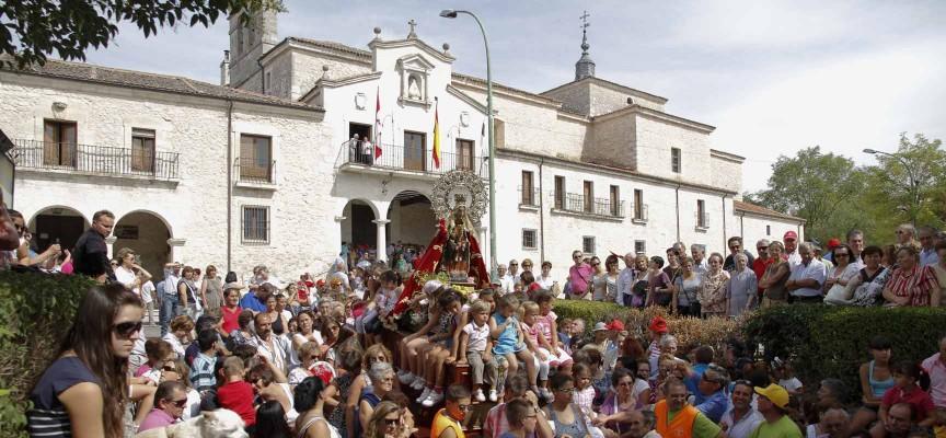 Imagen de la virgen de El Henar en procesión y al fondo el Santuario.