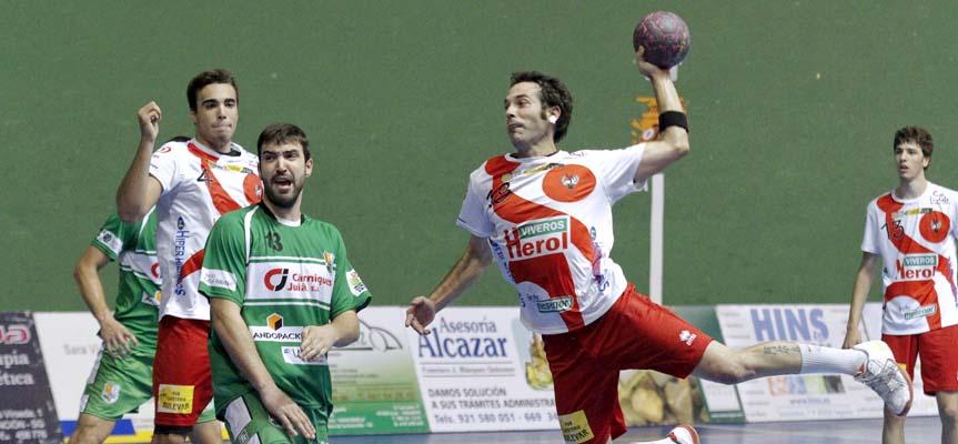 Alberto García busca el disparo tras superar la defensa del Handbol Bordils.