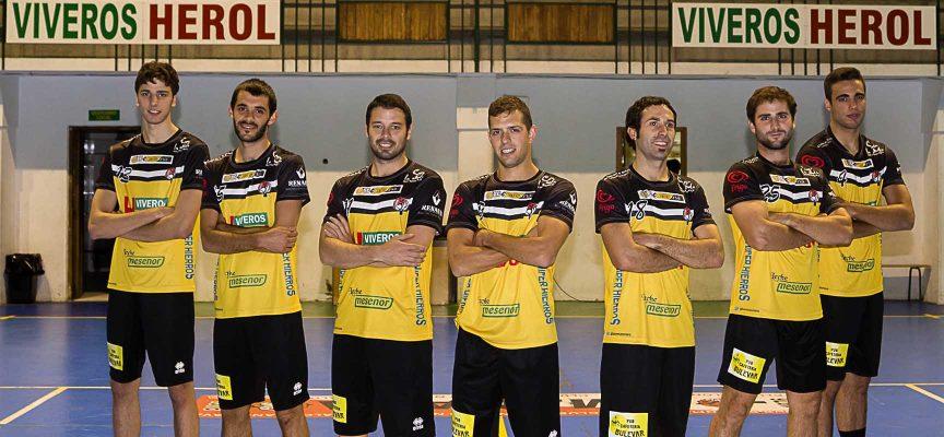 Jugadores del Balonmano Nava con la nueva camiseta.