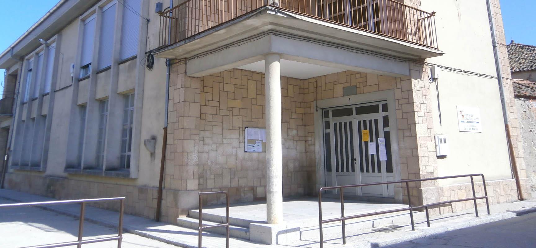 Acceso principal al colegio de Mudrián.