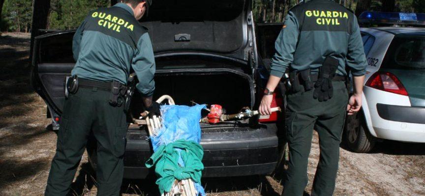 Tuberías y bomba de calefacción intervenidas por la Guardia Civil a los presuntos autores del robo en una nave agrícola de Fuentepelayo.