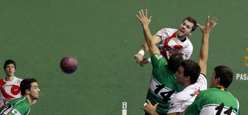 Ismael Villagrán lanza a puerta superando la defensa del Handbol Bordils.