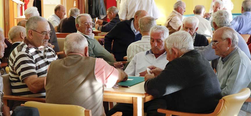 Usuarios del centro de Día de Personas Mayores de Cuéllar jugando a las cartas, en una imagen de archivo.