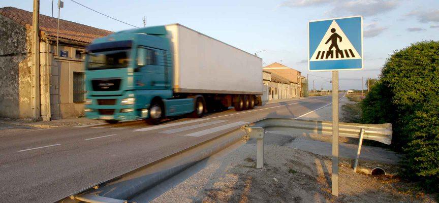 Un camión circula por la travesía de Dehesa Mayor.