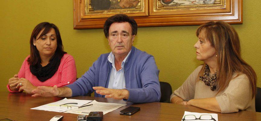 El alcalde junto a las concejalas de Medio Ambiente y Turismo en la sala de comisiones.