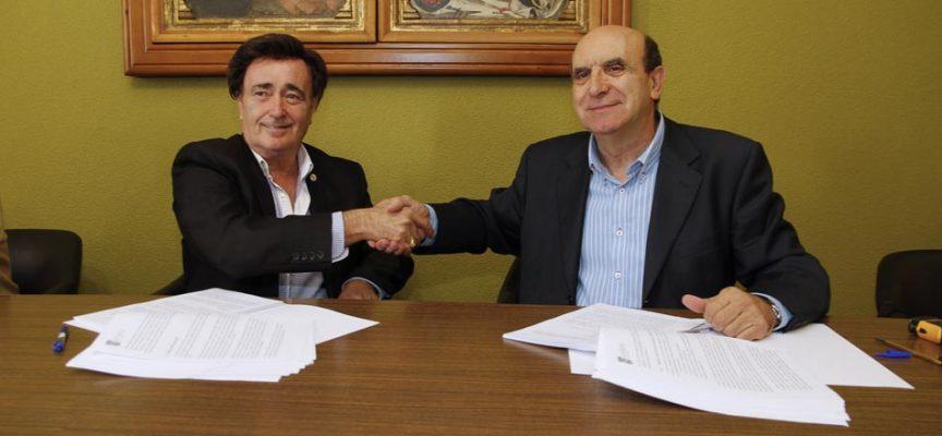 El alcalde, Jesús García (izquierda) y Eduardo Pérez, de la empresa Eufón, estrechan las manos durante la firma del contrato