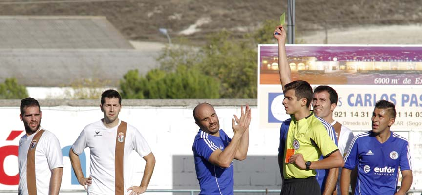 El árbitro muestra tarjeta amarilla a Víctor.