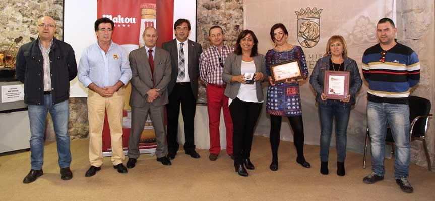 Las ganadoras y algunos de los participantes posan junto al alcalde, la concejal de Industria y representantes de la empresa patrocinadora.