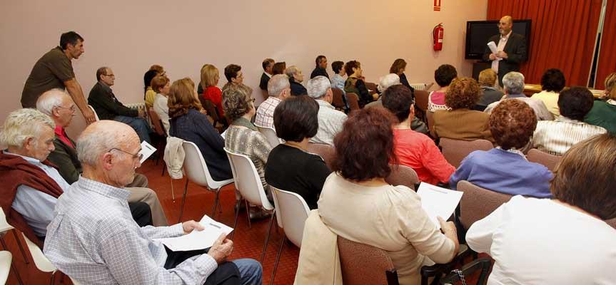 Usuarios durante una actividad en el salón de actos del Centro de Día.