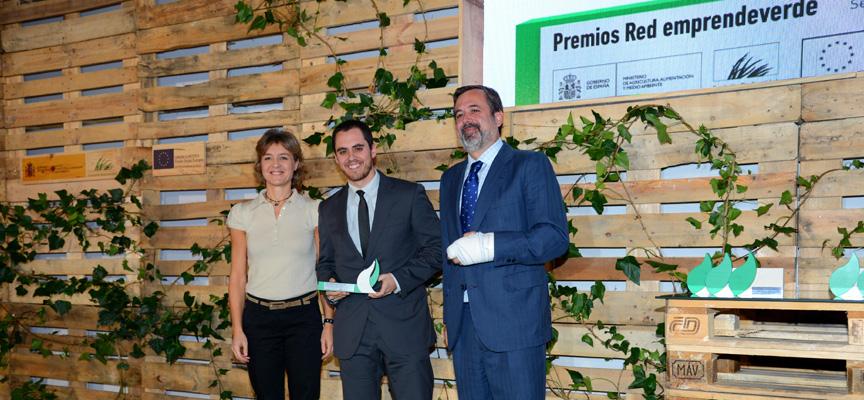Uno de los promotores de La Pina recogiendo el premio.