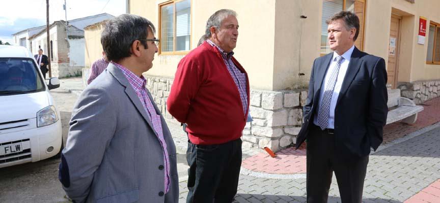 El alcalde junto a los representantes de la Diputación durante la visita.