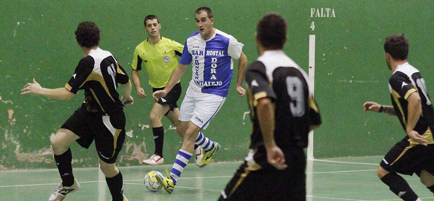 Íker García, del CD Cantalejo, conduce el balón en partido contra el CP Nueva Segovia.