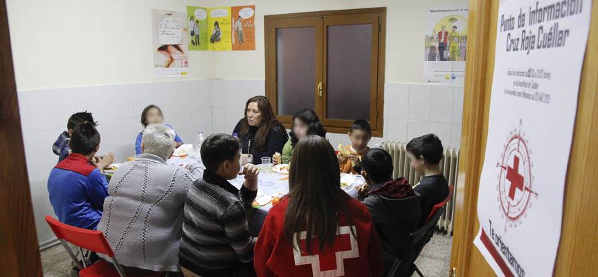 Voluntarios y escolares participantes en el programa durante una merienda.