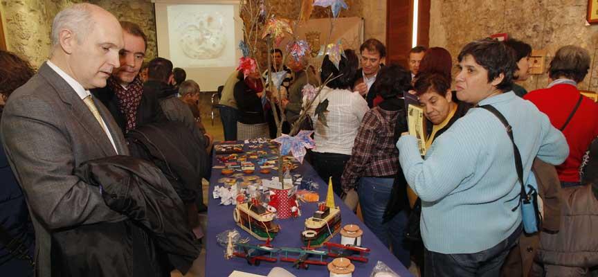 Exposición de artesanía confeccionada por los usuarios de Apadefim,  en el Palacio de Pedro I en Cuéllar.